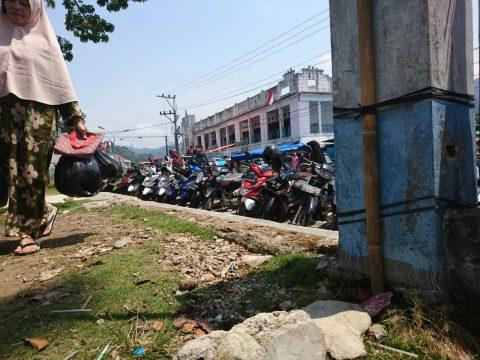 Parkir Kendaraan Di Pasar Kotanopan Pada Hari Sabtu